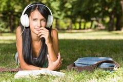 Schitterende jonge ontspannen student in het park. Stock Afbeelding