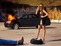 Schitterende jonge volwassen vrouwelijke tribune dichtbij zakhoogtepunt van geld erachter Stock Fotografie