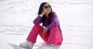 Schitterende jonge vrouw die een snowboard gebruiken stock video