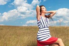 Schitterende jonge vrouw die haar haarrug houden Royalty-vrije Stock Fotografie