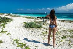 Schitterende jonge vrouw in een zwempak op het overzees Aantrekkelijk meisje w Royalty-vrije Stock Foto