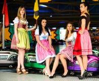 Schitterende jonge vrouwen bij Duitse funfair Stock Fotografie
