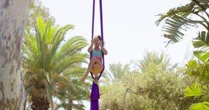 Schitterende jonge vrouwenturner die op zijde uitwerken stock videobeelden