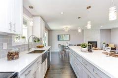 Schitterende keuken met open floorplan concept stock foto's
