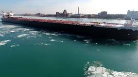 Schitterende lucht4k hommelmening over de grote tanker die van het het vrachtschipschip van de containervracht in de rivierzeegez stock videobeelden