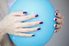 Schitterende manicure, donker purper teder kleurennagellak, close-upfoto Het wijfje overhandigt eenvoudige achtergrond Royalty-vrije Stock Afbeelding