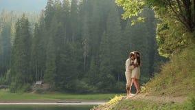 Schitterende meermin in bloemenkroon van het meer in het hout in liefde met de mens Het paar omhelst zacht Magische fantasie stock footage
