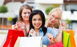 Schitterende Meisjes die uit winkelen Stock Foto's