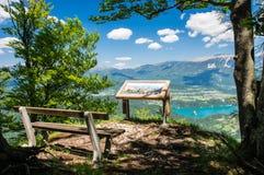 Schitterende mening over Afgetapt Meer en Alpen op de zomerdag Royalty-vrije Stock Afbeeldingen
