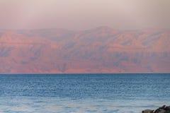 Schitterende mening over de Dode overzeese kust tijdens zonsondergang Stock Afbeelding