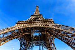 Schitterende mening van de Toren van Eiffel met dramatische hemel Stock Afbeelding