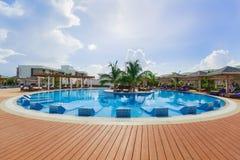 Schitterende mening van een rond zwembad bij Pilar toevlucht van Iberostar Playa met mensen die en van hun vrije tijd op zon onts Royalty-vrije Stock Fotografie