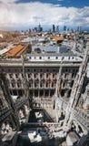 Schitterende mening van Milaan vanaf de bovenkant van Duomo-Kathedraal, hoofd architecturaal oriëntatiepunt van de stad Toeristen royalty-vrije stock fotografie