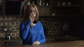Schitterende midden oude vrouw die van rode wijn genieten stock videobeelden