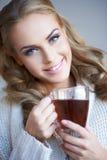 Schitterende natuurlijke vrouw met een mok thee Royalty-vrije Stock Afbeeldingen