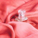schitterende parfumgeur, luxe vakantiegift stock foto's