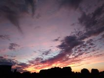 Schitterende purpere de zomerzonsondergang in de hemel stock afbeeldingen