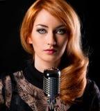 Schitterende redhead zanger royalty-vrije stock foto's