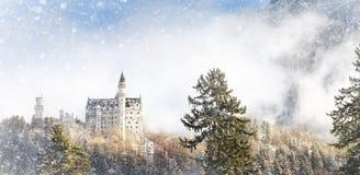 Schitterende scène van koninklijk kasteel Neuschwanstein en omringend gebied in Beieren, Duitsland Deutschland stock foto's