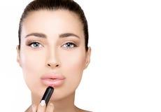 Schitterende schoonheid model het van toepassing zijn lippenstift stock foto