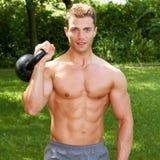 Schitterende Topless Geschikte Mens het Dragen Gewichten Openlucht Stock Afbeeldingen