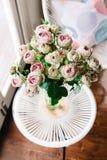 Schitterende vaas van uitstekende roze rozen royalty-vrije stock afbeelding