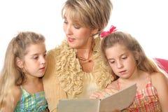 Schitterende vrouw die aan haar leest Royalty-vrije Stock Foto's