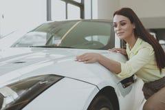 Schitterende vrouw die nieuwe auto kopen bij het handel drijven stock fotografie