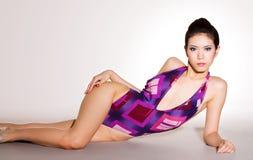 Schitterende vrouw die op de vloer in zwempak ligt Royalty-vrije Stock Fotografie