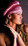 Schitterende vrouw in een roze hoed Stock Fotografie