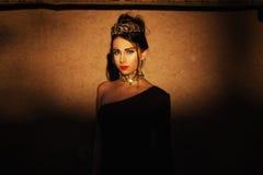 Schitterende vrouw in luxejuwelen Stock Foto's