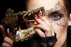 Schitterende vrouw in masker Stock Fotografie