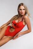 Schitterende vrouw in modieuze rode bikini royalty-vrije stock afbeeldingen