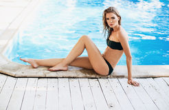 Schitterende vrouw in zwempak royalty-vrije stock foto