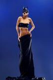 Schitterende vrouwelijke mannequin die hoogste en lange zwarte rok dragen stock fotografie