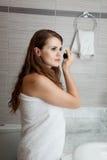 Schitterende vrouwenmake-up in badkamers Royalty-vrije Stock Afbeeldingen