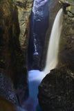 Schitterende watercascade binnen de berg zwitserland Stock Afbeelding