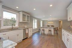 Schitterende witte keuken met het eiland van de barstijl Stock Afbeeldingen
