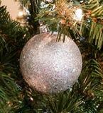 Schitterende zilveren Kerstboomdecoratie Stock Afbeeldingen