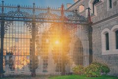 Schitterende zon lichte bezinning in glastuin van Hluboka-nad Vltavou chateau Zonsondergang over Hluboka-Kasteel, Tsjechische Rep royalty-vrije stock fotografie