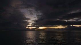 Schitterende zonsondergang boven het overzees stock video