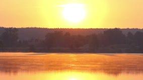 Schitterende Zonsondergang met een Reusachtige Oranje Zon die over het Schilderachtige Meer hangen stock videobeelden