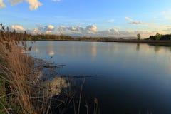 Schitterende zonsondergang over het meer Royalty-vrije Stock Afbeeldingen
