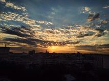 Schitterende zonsondergang in Ploiesti-stad Stock Fotografie