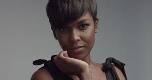 Schitterende zwarte jonge vrouwen dansende en stellende video stock videobeelden