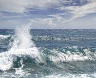 Schiuma blu dell'acqua di mar dei Caraibi dell'onda Immagine Stock