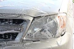 Schiuma del lavaggio sul fronte dell'automobile fotografia stock libera da diritti