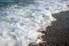 Schiuma del mare alla spiaggia immagini stock