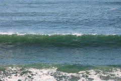 Schiuma delle linee blu delle onde verdi che schiuma Fotografie Stock