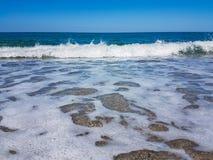 Schiuma delle onde del mare della spiaggia Immagini Stock Libere da Diritti
